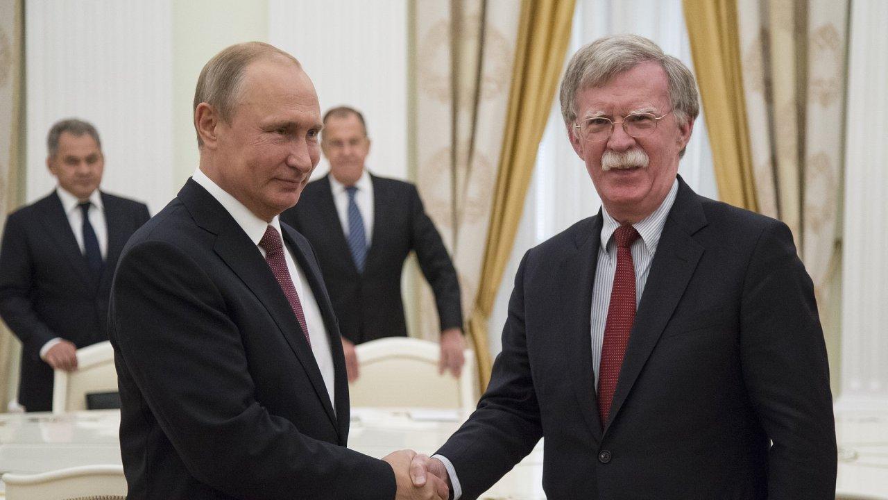 Ruský prezident Vladimír Putin a poradce amerického prezidenta John Bolton.