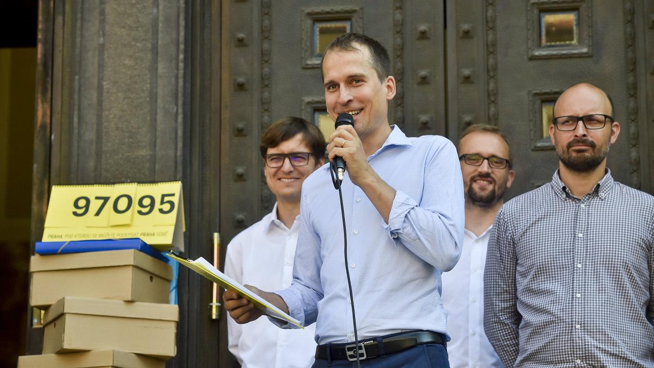 Sdružení Praha sobě pod vedením starosty Prahy 7 Jana Čižinského (druhý zleva) nasbíralo 97 095 podpisů a na pražském magistrátu zaregistrovalo svou kandidátku do podzimních komunálních voleb.