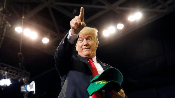 Prezident Trump chce, aby noviny odhalily autora anonymního komentáře.