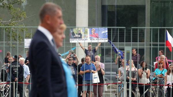 Protestující proti Babišovi v Berlíně.