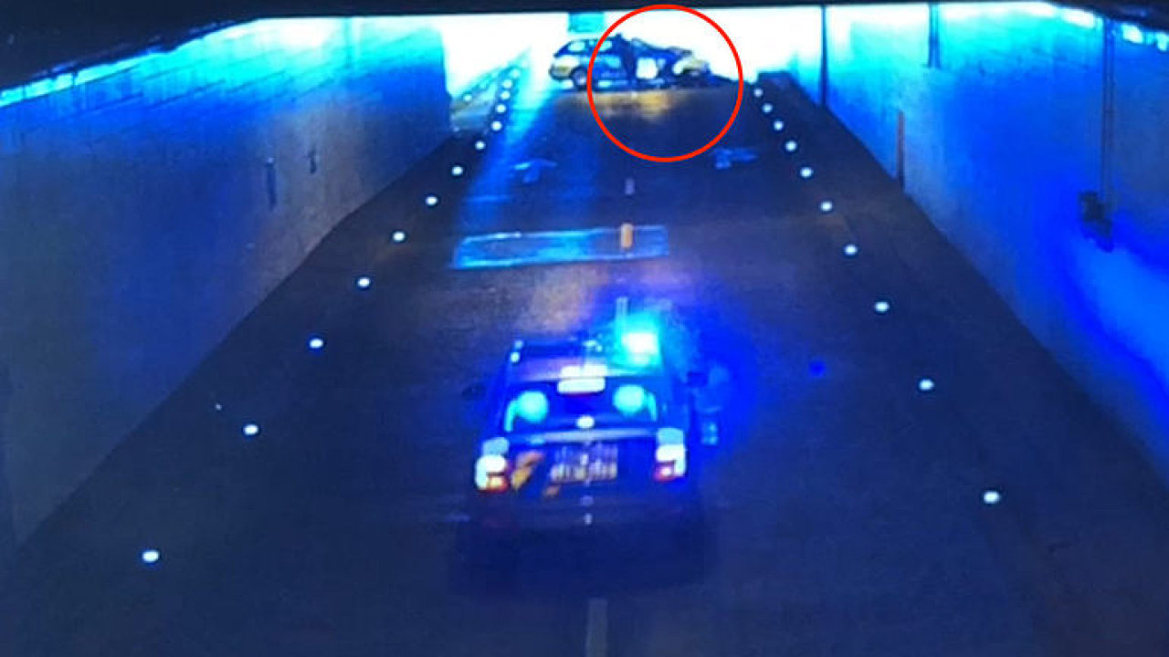 Video ukázalo, jak policista zatarasil cestu ujíždějícímu motorkáři