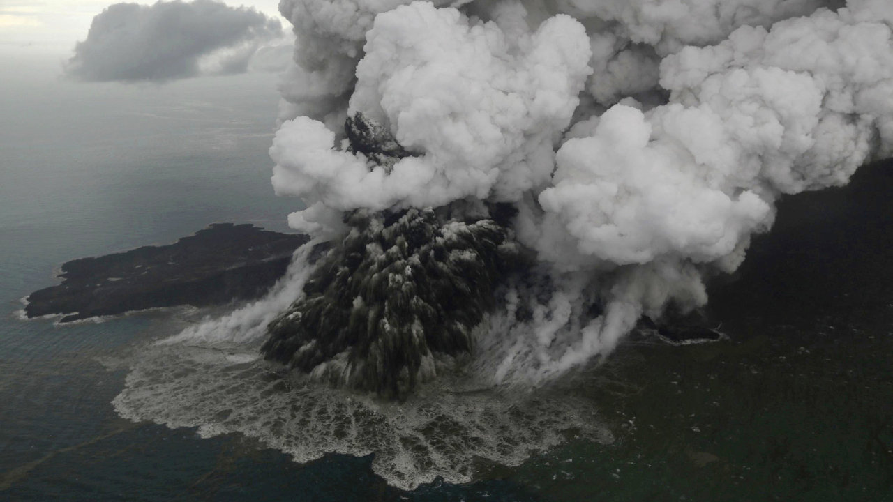 Indonéská sopka Anak Krakatoa při erupci.