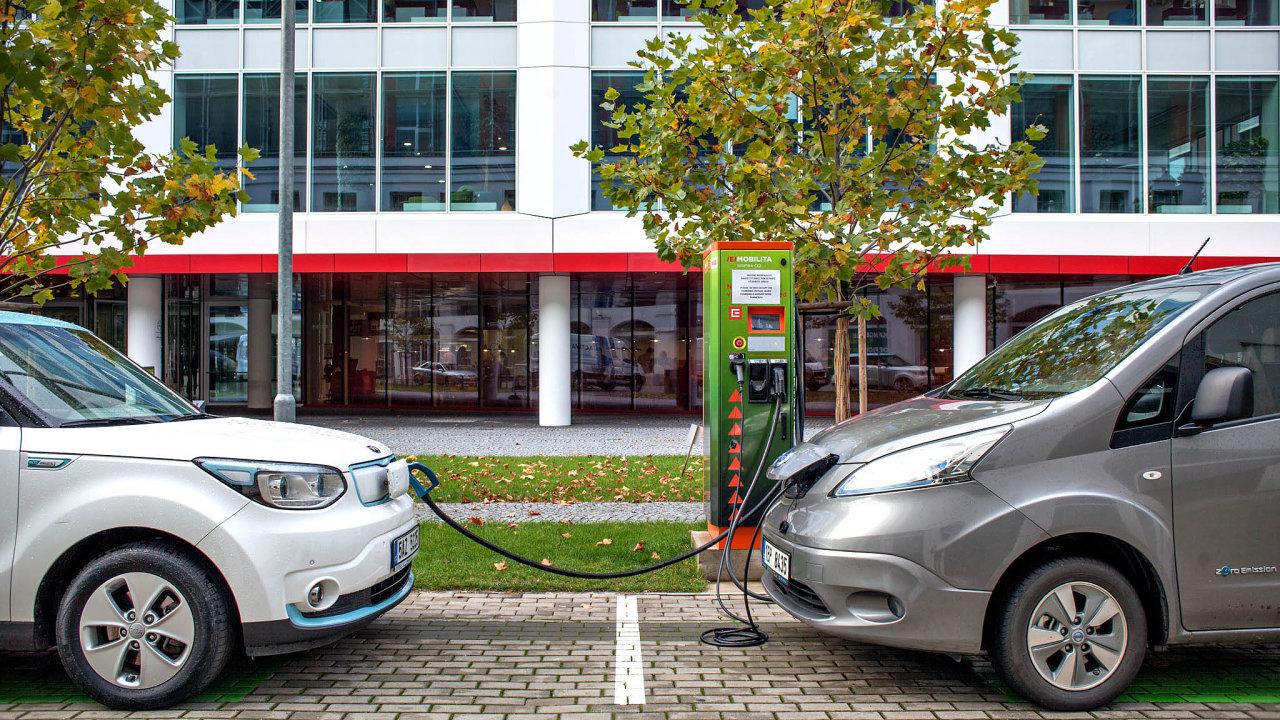 Pesimisté zdůrazňují, že kvůli ztrátě velkých zdrojů aočekávanému růstu spotřeby spojenému srozšířením elektromobility nebude vČesku možné uspokojit požadavky odběratelů.