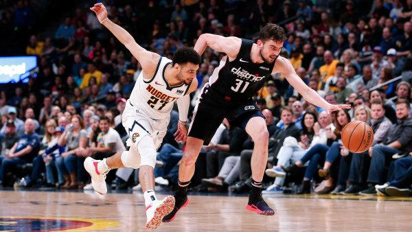 Český basketbalista Tomáš Satoranský (vpravo) hraje v zámořské NBA už tři roky.