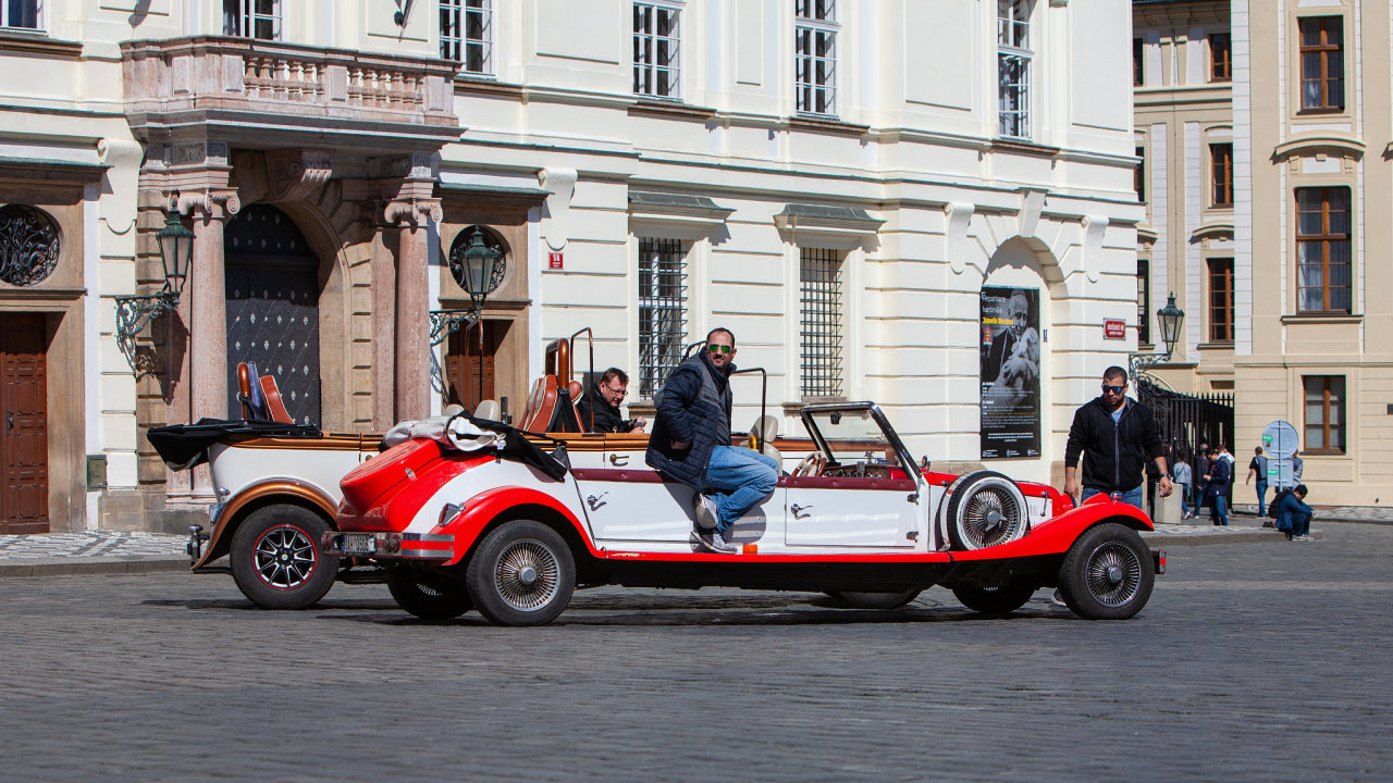Historické automobily v centru Prahy.