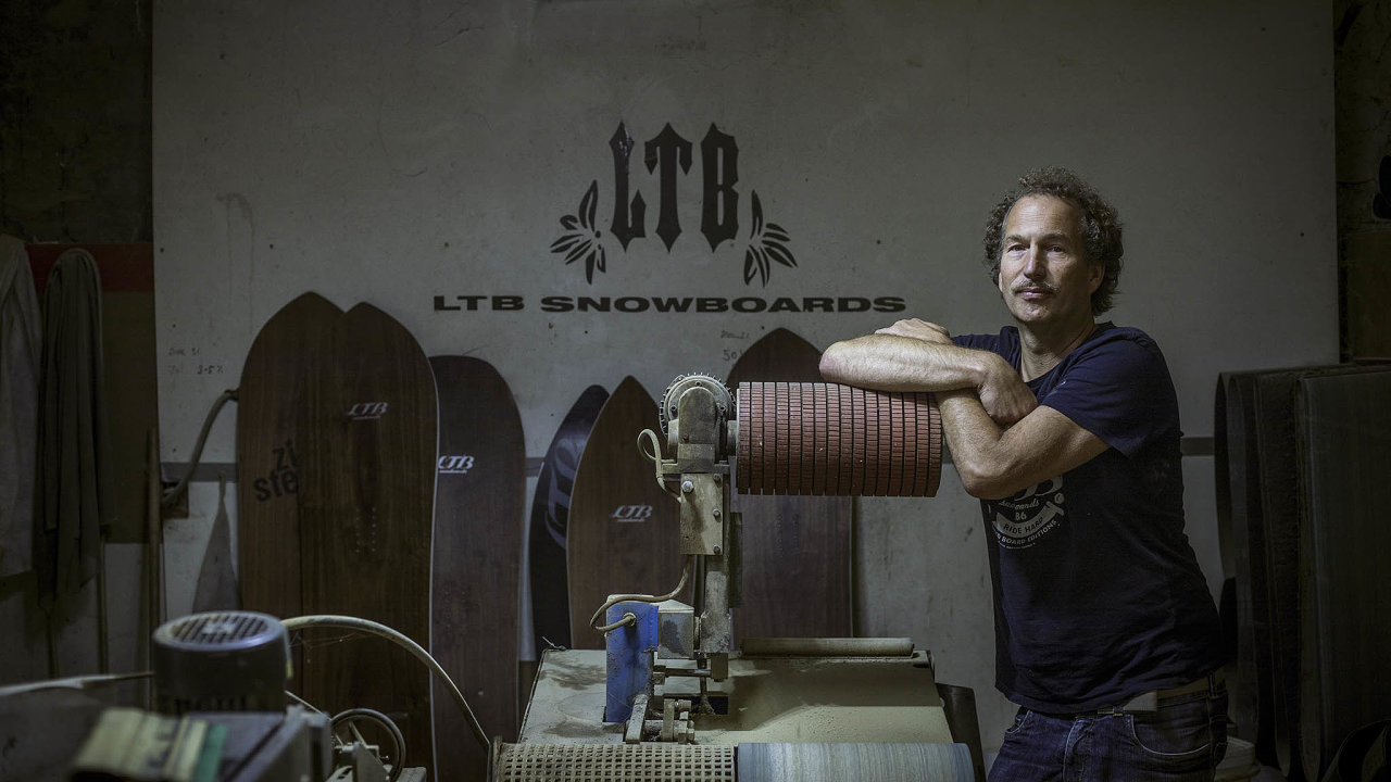 Lukáš Schröder žije apracuje veVelké Chuchli. Se svou ženou tady spravují statek aprovozují dvě firmy. Společnost LTB Snowboards se věnuje výrobě snowboardů afirma Salebra šije sportovní oblečení.