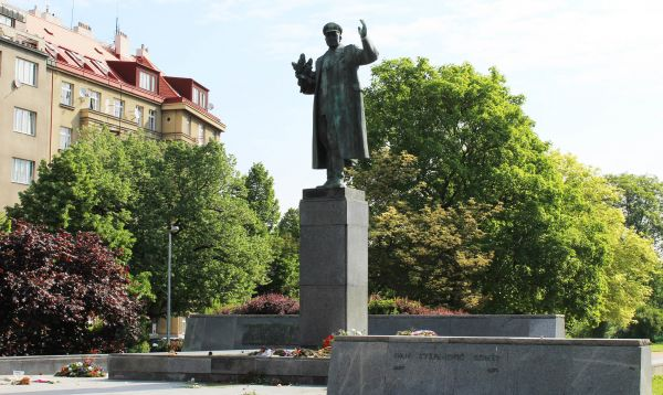 Maršál Koněv osvobozoval část Československa, ale v50. letech potlačil maďarské povstání, podílel se navýstavbě Berlínské zdi a zaštítil zpravodajský průzkum před okupacíČeskoslovenska v roce 1968.