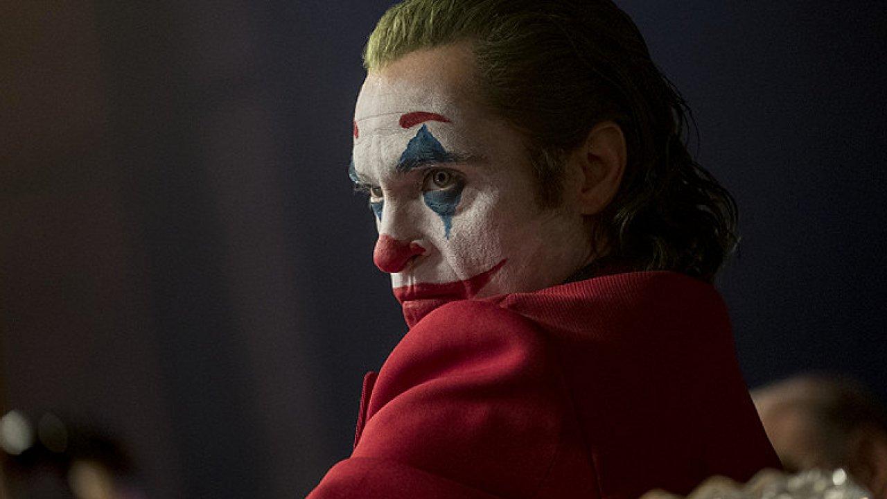 Joker překračuje hranici snesitelnosti. Jedinečný výkon Joaquina Phoenixe je oscarový.