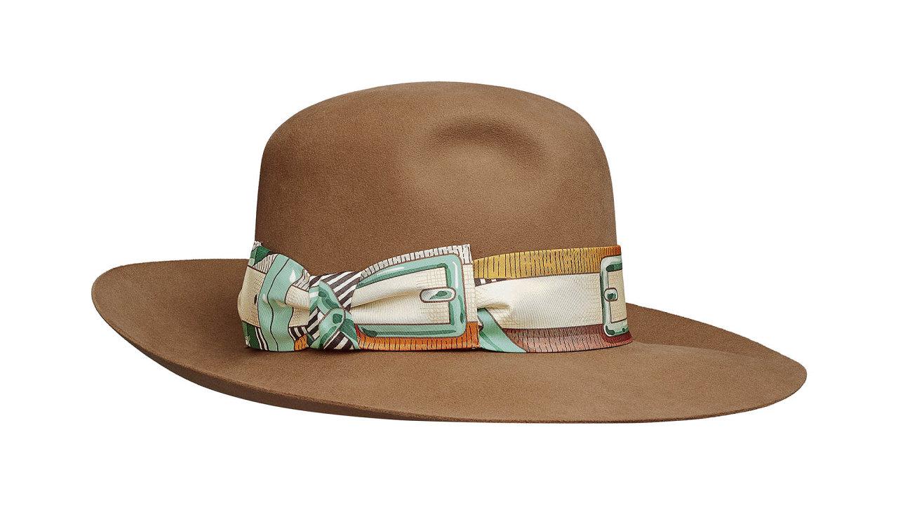 Kdy jindy nosit klobouky než vpodzimním období dešťů. Pořiďte si stylový doplněkshedvábným detailem zdílny francouzských řemeslníků. Cena 23 700 Kč, prodává HERMÈS.