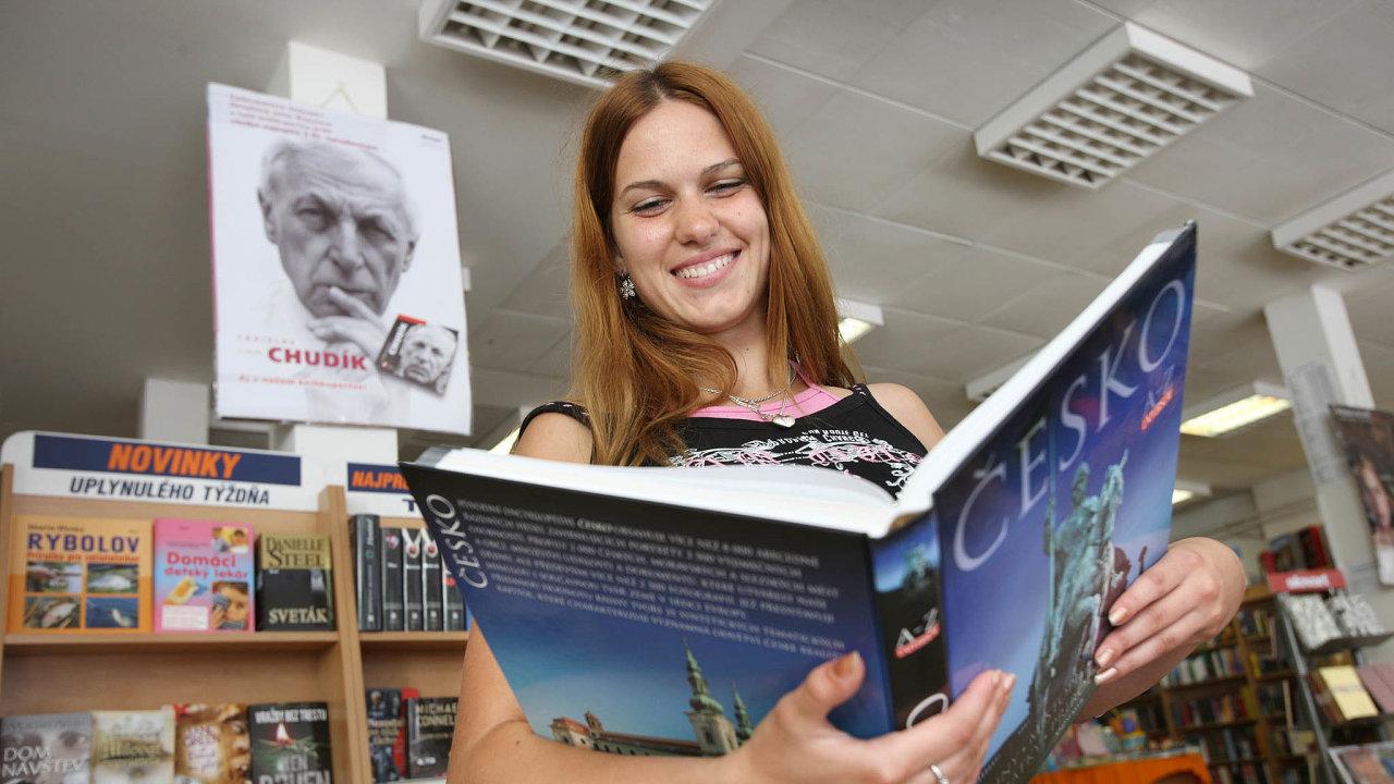Češi slovensky moc neumějí, zato Slováci čtou česky. Prodeje největšího slovenského knižního velkoobchodu Ikar zhruba zosmi procent tvoří česky psané knihy.