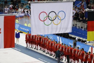 Bez ruské vlajky. Na olympiádě vPchjongčchangu vyhráli ruští hokejisté nad Kanadou, místo ruské vlajky však stoupá olympijská. Ruští sportovci nemohli na hrách reprezentovat svoji zemi.