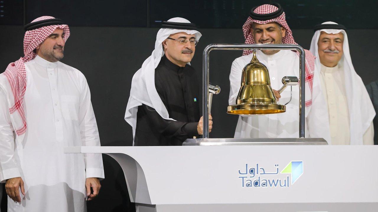 Obchodování s akciemi Saudi Aramco zahájili ředitel firmy Amin H. Násir (v černém) a šéf rijádské burzy Chálid Abdulláh al-Hussan. Vlevo přihlíží šéf představenstva koncernu Jásir al-Rumaján.