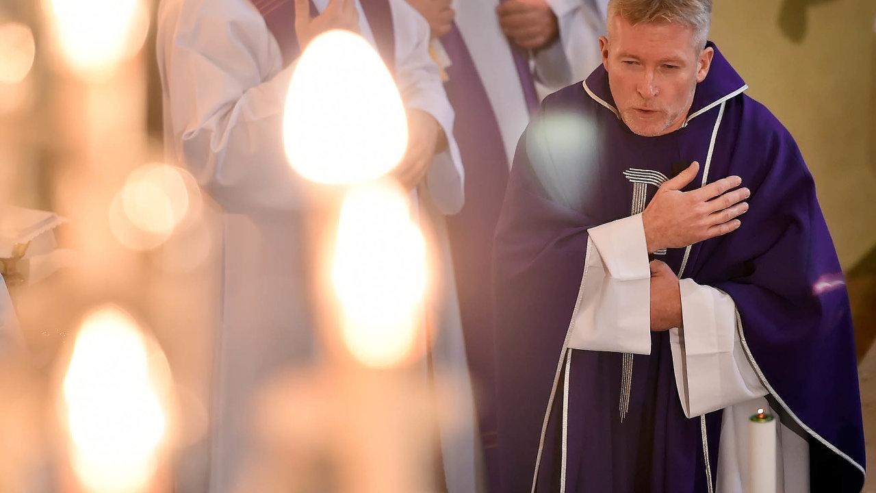 V Číhošti na Havlíčkobrodsku si lidé při mši připomněli události před 70 lety, kdy se v tamním kostele během kázání faráře Josefa Toufara údajně několikrát pohnul kříž na oltáři.