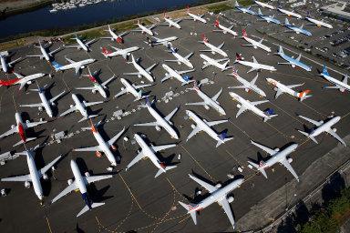 Maxy měly být pro Boeing prodejním trhákem. Místo toho teď se zákazem létání stojí na zemi a čekají na povolení.