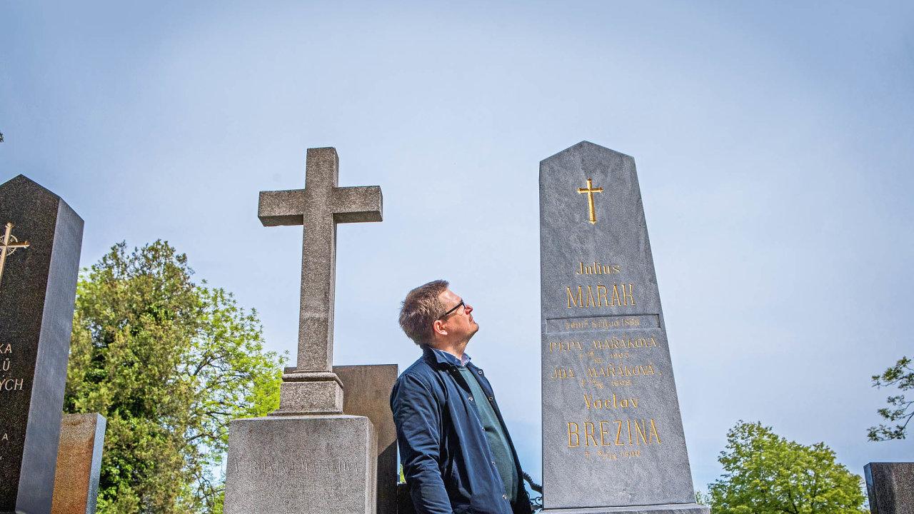 Michal Šimek se ujal hrobu malíře Julia Mařáka na pražském Vyšehradském hřbitově.