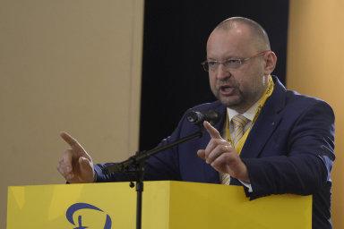 Bude-li schválen zákon opříspěvku pro živnostníky amalé firmy stejně jako návrh nazpětné započtení daňových ztrát, obrátí se předseda poslaneckého klubu KDU-ČSL Jan Bartošek naÚstavní soud.
