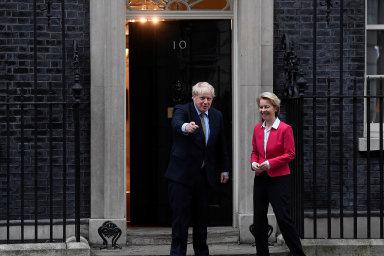 """""""Jsme připraveni hledat dohodu, byť se může zdát, že žádný základ pro ni neexistuje,"""" prohlásila šéfka Evropské komise Ursula von der Leyenová. Na snímku s Borisem Johnsonem před Downing Street 10."""
