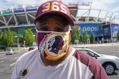 Tradiční tým ligy amerického fotbalu NFL zWashingtonu už neponese jméno Redskins (Rudokožci).