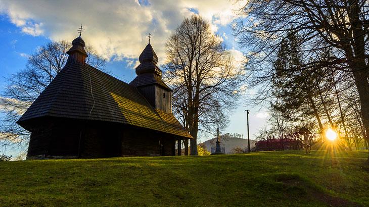 Dřevěný kostel ze seznamu UNESCO v obci Ruská Bystrá