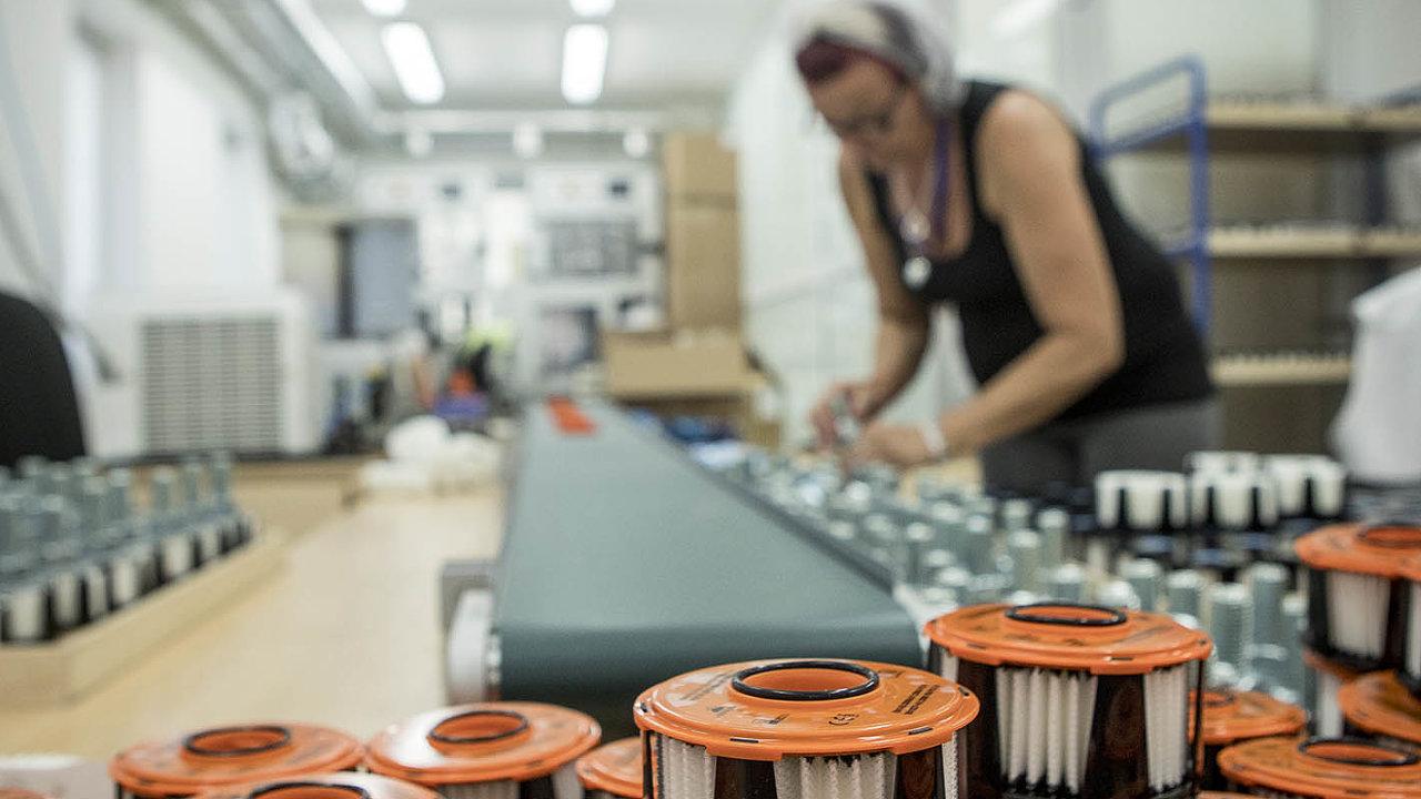 Maska, kterou vyrábí firma Nanologix, se skládá ze dvou částí. Silikonové ústenky a filtru. Ten je vyroben zpěti vrstev nanomateriálu nazachycování nečistot. Ochranná pomůcka vyjde na tisíc korun.