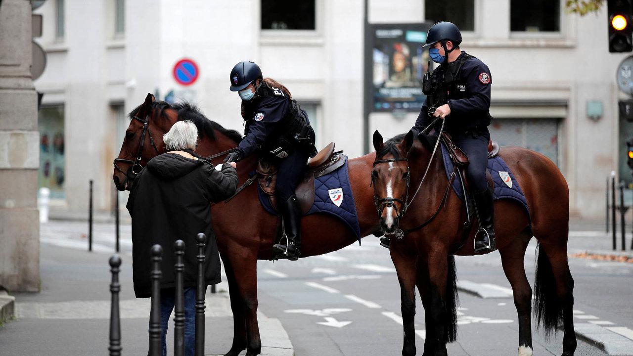 Poútoku: VeFrancii byla zavedena zvýšená bezpečnostní opatření. Nasnímku jízdní policejní hlídka při kontrole totožnosti.