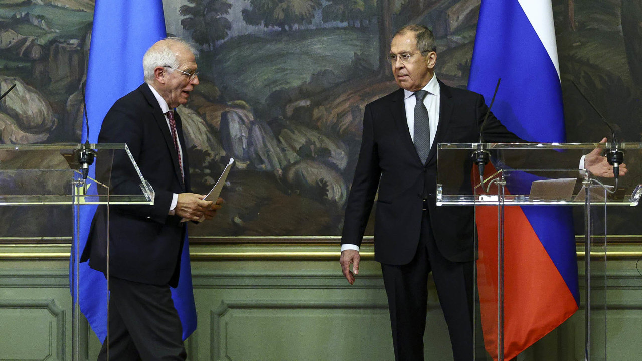 Zatímco šéf unijní diplomacie Josep Borrell (vlevo) a jeho ruský protějšek SergejLavrov odpovídali naotázky novinářů, Moskva nečekaně vyhostila tři unijní diplomaty.