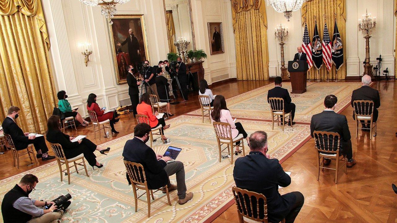 Při první tiskové konferenci Joea Bidena mohlo být v sále přítomno jen několik vybraných novinářů, dodržující rozestupy, ostatní se museli ptát přes videohovor.