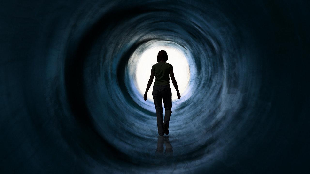 Světlo nakonci tunelu. Známou amnohokrát popsanou vizi doprovázející tuto situaci by mohl zapříčinit hromadící se oxid uhličitý, který způsobuje halucinace.