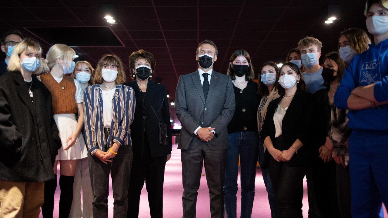 Emmanuel Macron uprostřed mladých Francouzů.