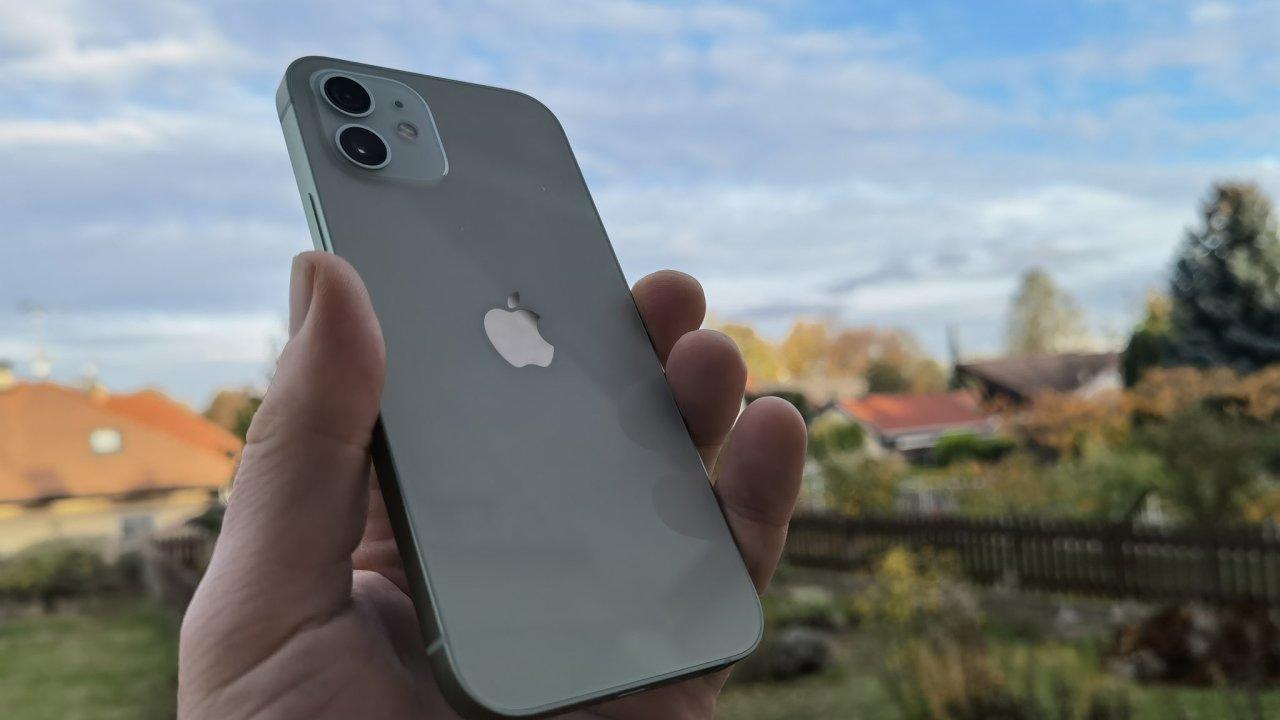 iPhone 12 v zelenkavé barvě