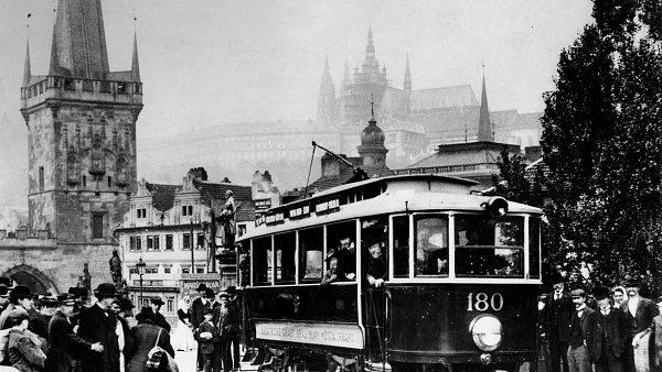 Elektrická tramvaj na Karlově mostě, 1905