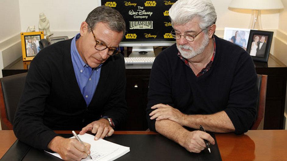 Robert Iger a George Lucas oddávají společnosti Disney a Lucasfilm. Nové Star Wars mají premiéru v roce 2015