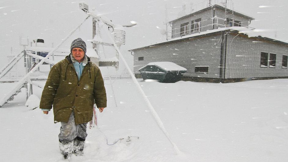 Otakar Šlofar při pravidelném měření na zahradě meteorologické stanice
