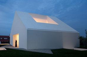 Bílá vila v Portugalsku připomíná plastovou hračku, ložnice má v podzemí