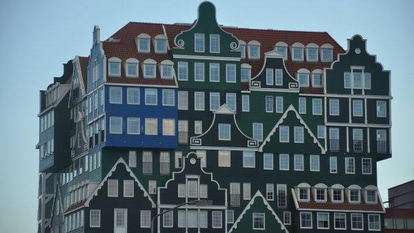 Inntel Hotel v centru Zaandamu, s fasádou - v duchu neotradicionalismu - inspirovanou štíty severoholandské lidové architektury