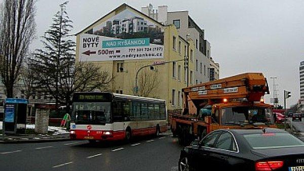 Plachta Famedia v ulici Antala Staška v Praze