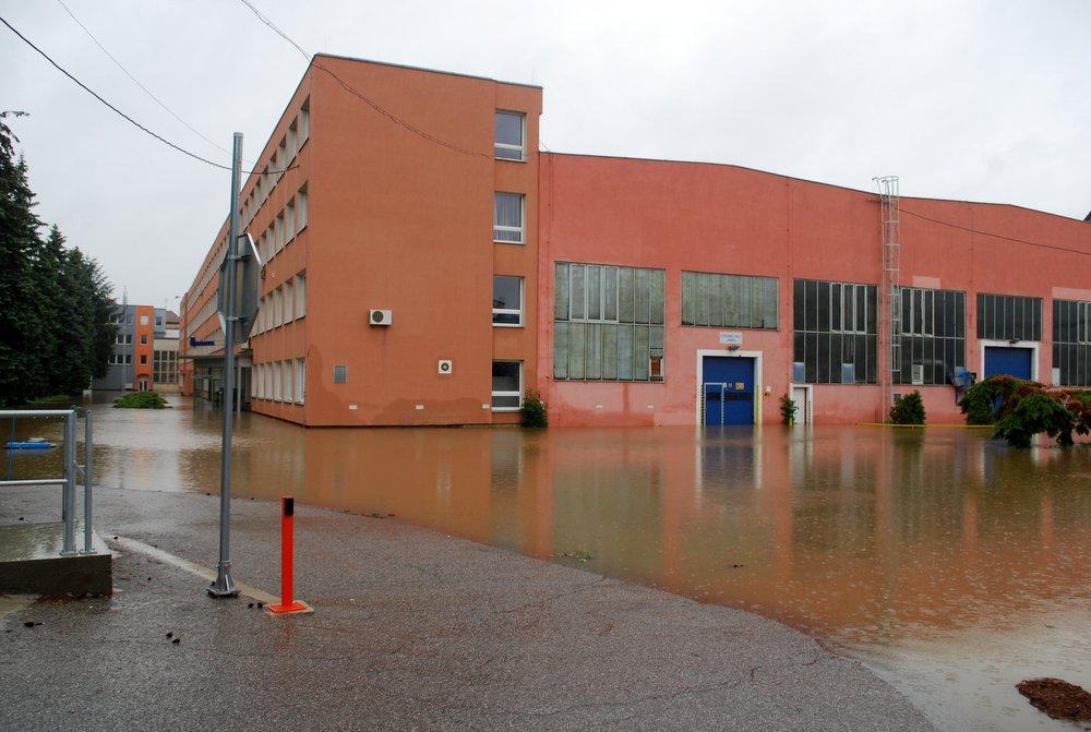 Fotky ze zatopených firem nechráněných protipovodňovými zdmi v Radotíně