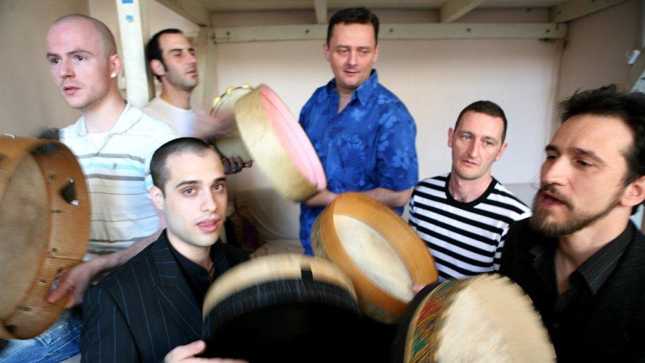 Hudbu Lo Cor De La Plana doprovází hřmot marockých tamburín a dupání.