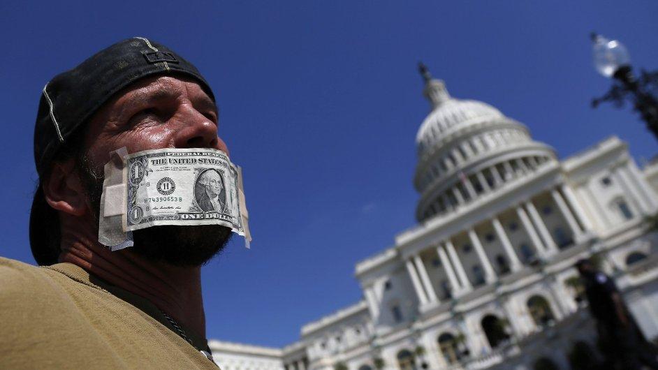 Státní zaměstnanec při loňských protestech během shutdownu.