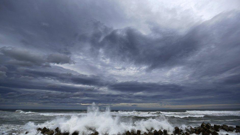 Rozbouřené moře u japonských břehů naráží do bariér, které mají zabránit tsunami