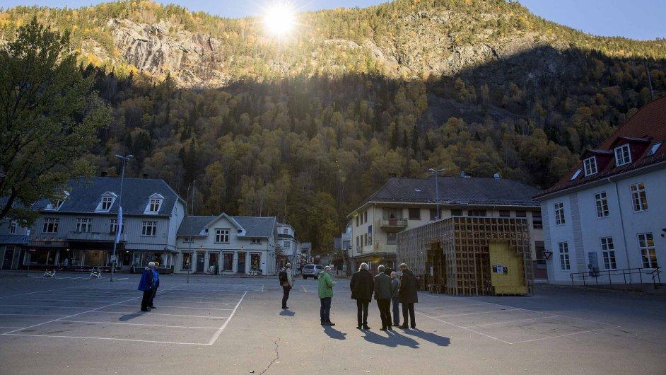 Slunce odrážející se nad norským městem Rjukan