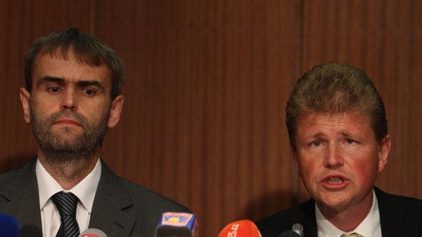 Dámy a pánové, máme je: Robert Šlachta a Ivo Ištvan oznamují na legendární tiskové konferenci 14. června 2013 zásadní úspěch v boji s klientelismem a korupcí.