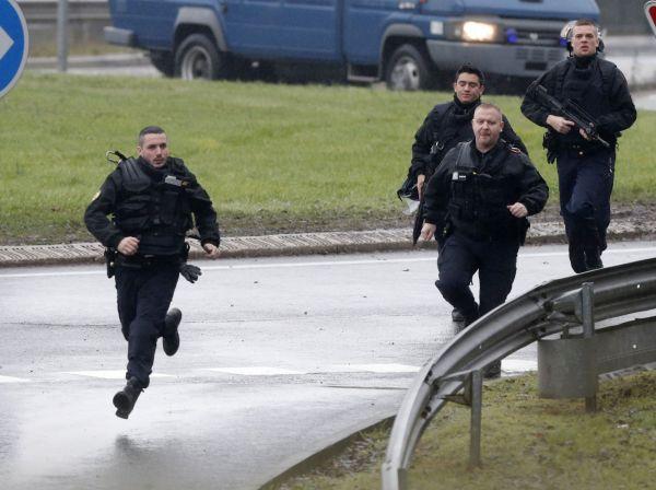 Francouzské policejní jednotky před budovou místní tiskárny.