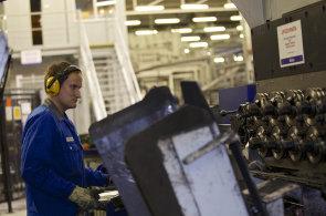 Pracovník ve výrobním provozu obsluhuje zařízení na tváření stabilizátorů a pružin.