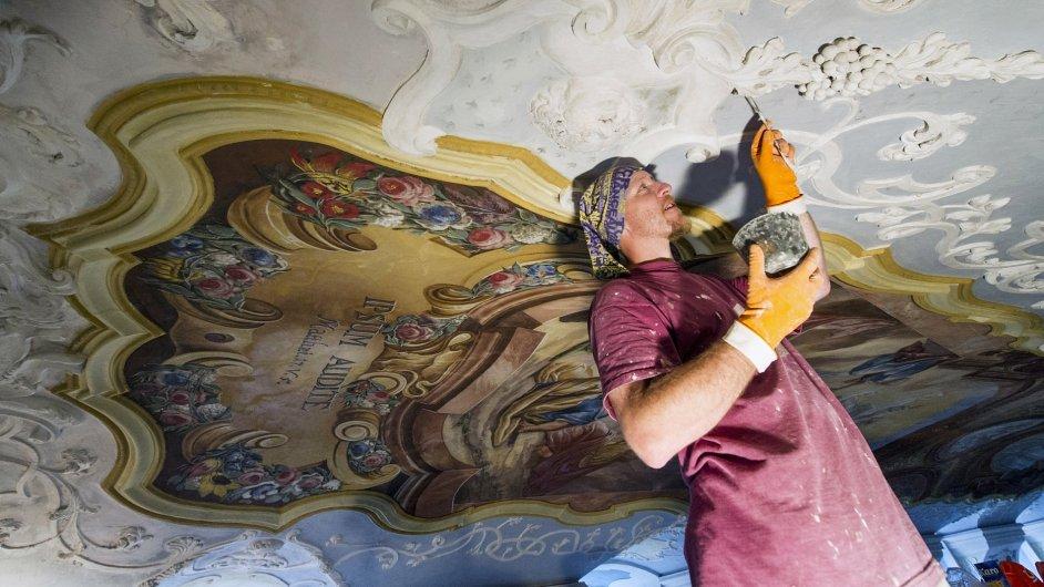 Restaurátor Vratislav Fous při práci na freskách na stropě klášterní knihovny (ilustr. foto, 2014)