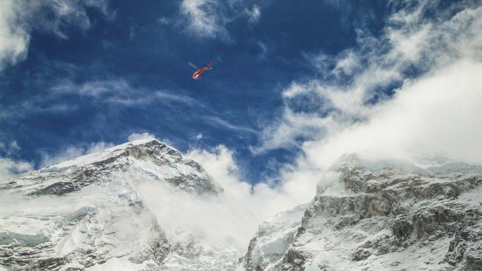 Záhranný vrtulník nad jižním základním táborem pod Mount Everestem