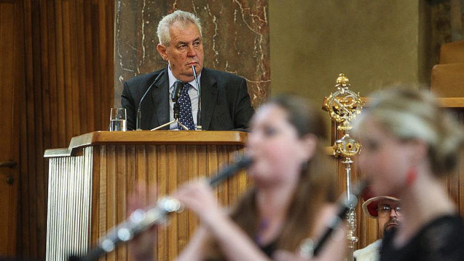 Zeman porušuje principy právního státu, tvrdí rektor UK Zima