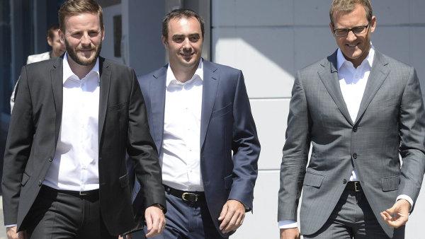 Po pravé ruce čtyřicetiletého vlastníka Sparty Daniela Křetínského (zcela vpravo) kráčí nový generální ředitel klubu Adam Kotalík. Zcela vlevo jde pak šéf sportovního úseku klubu Jakub Otava.