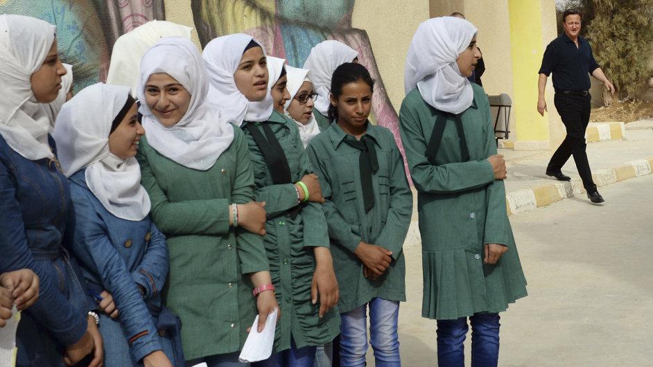 Britský premiér David Cameron na setkání s žákyněmi dívčí školy ve městě Zaatari blízko Ammánu v Jordánsku.