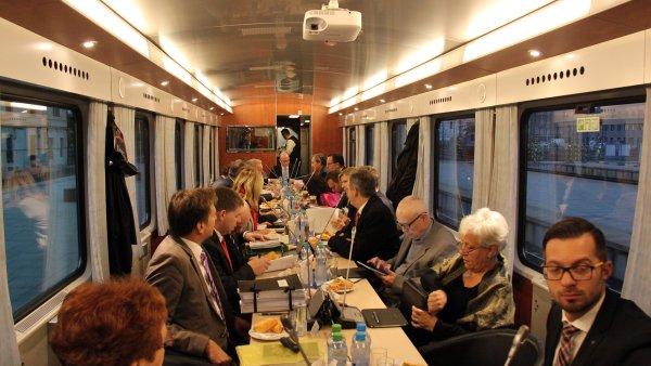 České dráhy kvůli výjezdnímu zasedání speciálně upravily jeden vagon vlaku.